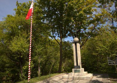 Pomnik i flaga Jastrzębia Góra